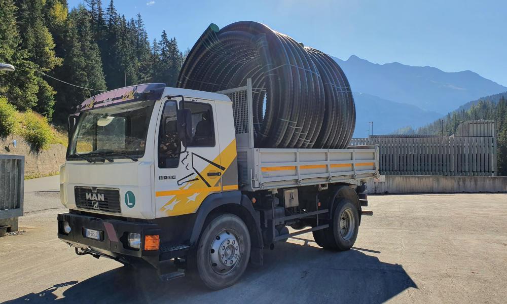 Trasporto dei tubi preisolati flessibili FibreFlex Pro dalla centrale al cantiere