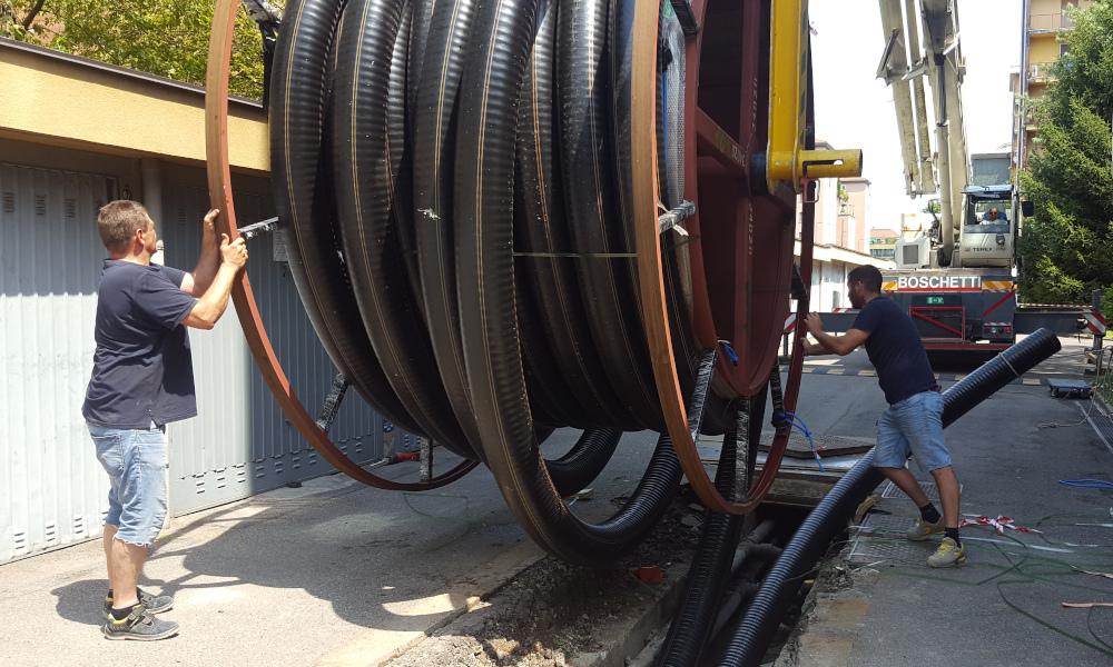Tubo preisolato FibreFlex Pro 160/225 in fase di posa